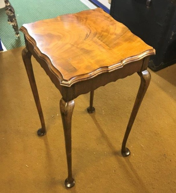Mahogany Scallop Topped Occasional / Lamp Table